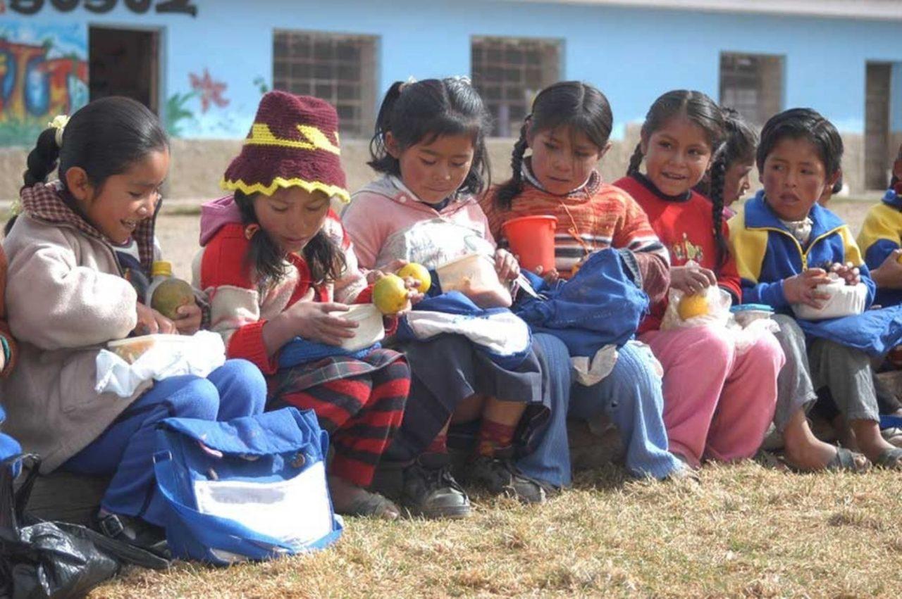 niños alimentandose