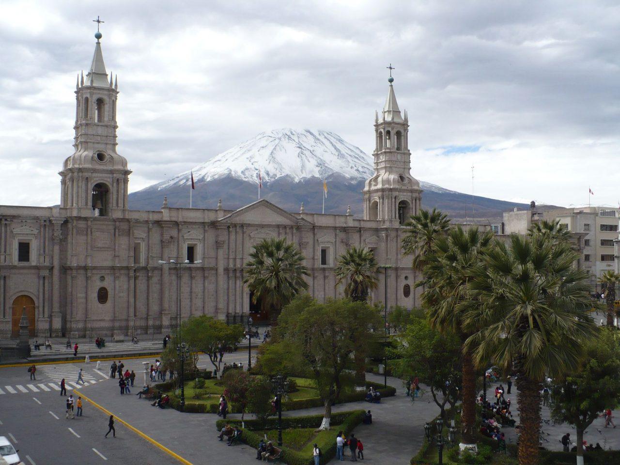 plaza y volcan